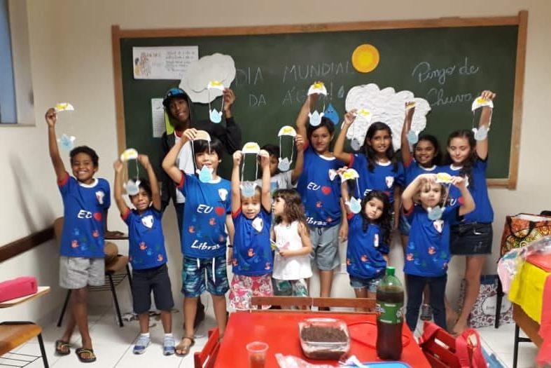 A foto mostra as crianças do nosso projeto festejando o dia da água